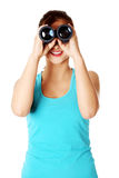 Allievo teenager che osserva tramite il binocolo. Fotografie Stock Libere da Diritti