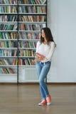 Allievo in una libreria Fotografie Stock
