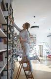Allievo in una libreria Fotografie Stock Libere da Diritti