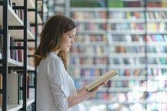 Allievo in una libreria Fotografia Stock Libera da Diritti