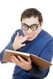 Allievo in vetri che legge un libro Fotografia Stock