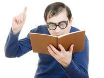 Allievo in vetri che legge un libro Immagine Stock Libera da Diritti