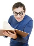 Allievo in vetri che legge un libro Immagini Stock Libere da Diritti