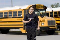 Allievo vicino allo scuolabus Fotografia Stock
