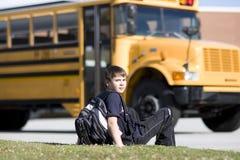 Allievo vicino allo scuolabus Immagine Stock