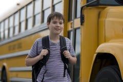 Allievo vicino allo scuolabus Fotografie Stock Libere da Diritti
