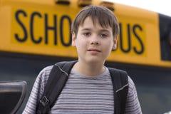 Allievo vicino allo scuolabus Immagini Stock Libere da Diritti