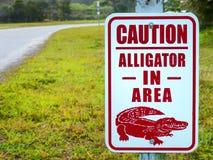 Alligatore nel segno di cautela di area Fotografie Stock