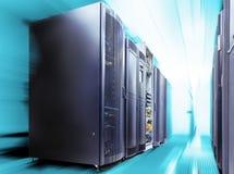 Allinea i supercomputer moderni nel centro dati di calcolo con moto Immagini Stock