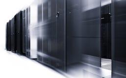 Allinea i supercomputer moderni nel centro dati di calcolo moderno con moto in bianco e nero Fotografia Stock Libera da Diritti