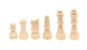 Allineamento bianco dei chesses su fondo bianco Fotografia Stock