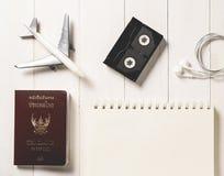 Allineamento degli oggetti di AirplaneTraveler sulla cima con lo spazio della copia su un libro Immagini Stock