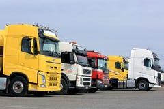 Allineamento dei camion variopinti dei semi Immagine Stock