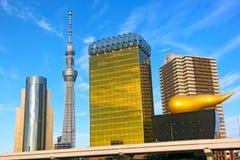 Allineamento dei fabbricati del punto di riferimento lungo il fiume di Sumida in Asakusa a Tokyo, Giappone Immagine Stock