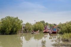 allineamento dei pescherecci sul fiume Fotografia Stock Libera da Diritti