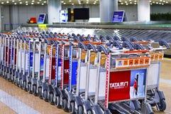 Allineamento del carrello del bagaglio all'aeroporto capitale PEK di Pechino Immagine Stock Libera da Diritti