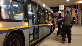 Allineamento della gente per il bus aspettante stock footage