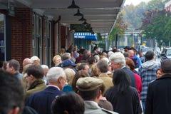 Allineamento della gente per un raduno politico Immagine Stock