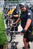 Allineamento della polizia per ostruire la sommità dei protestors G8/G20 Immagine Stock