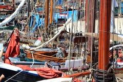 Allineamento delle barche a vela accanto alla banchina Immagine Stock Libera da Diritti
