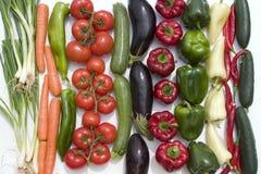 Allineamento delle verdure su priorità bassa bianca Fotografie Stock Libere da Diritti