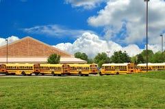 Allineamento dello scuolabus in primavera Immagini Stock