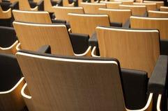 Allineamento di legno del sedile in sala Fotografie Stock