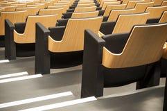 Allineamento di legno del sedile in sala Immagini Stock