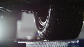 Allineamento di ruota automatico in servizio, automobile che prepara per i sistemi diagnostici professionali, fine su Fotografia Stock Libera da Diritti