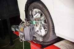 Allineamento di ruota dell'automobile Fotografie Stock