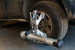 Allineamento di ruota dell'automobile Fotografia Stock Libera da Diritti