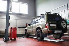Allineamento di ruota di SUV a servizio professionale Immagine Stock