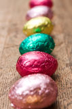 Allineamento di varie uova di Pasqua del cioccolato di colore Fotografia Stock Libera da Diritti