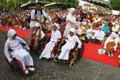 Allineamento disabile del bambino per ottenere riso libero Fotografia Stock Libera da Diritti