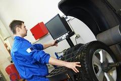 Allineamento ed equilibratura di ruota dell'automobile Fotografia Stock Libera da Diritti