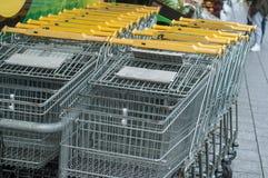 allineamento giallo dei carrelli del supermercato Fotografie Stock Libere da Diritti