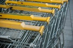 allineamento giallo dei carrelli del supermercato Immagine Stock