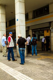 Allineamento greco dei cittadini ad un BANCOMAT Immagine Stock