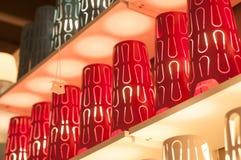 allineamento rosso delle lampade nel deposito della decorazione Fotografia Stock Libera da Diritti
