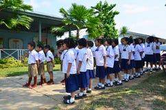 Allineamento tailandese dello studente dei bambini alla parte anteriore della costruzione dell'aula Fotografia Stock