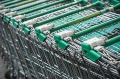 allineamento verde dei carrelli del supermercato Fotografie Stock Libere da Diritti