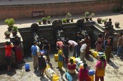 Allineando per l'acqua pulita Immagine Stock Libera da Diritti