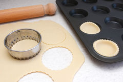 Allineare una latta del panino con i cerchi di pasticceria srotolata Fotografie Stock