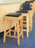 Allineato degli sgabelli da bar di legno Immagine Stock Libera da Diritti