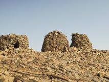 Allineato drammaticamente in cima ad una cresta rocciosa Fotografie Stock Libere da Diritti