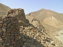 Allineato drammaticamente in cima ad una cresta rocciosa Fotografia Stock