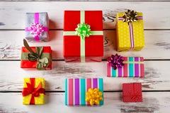 Allineato esattamente con i regali su un fondo di legno bianco Fotografia Stock