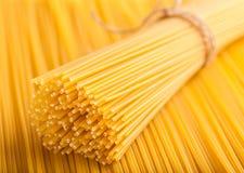 Allineato ordinatamente con gli spaghetti crudi Immagini Stock