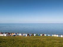 Allini, fila della baia di Herne delle capanne della spiaggia, Risonanza, Regno Unito Immagine Stock