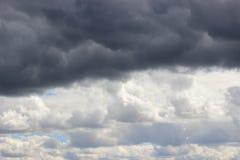 Allini fra le nuvole di tempesta scure e le nuvole bianche nel cielo Fotografie Stock Libere da Diritti